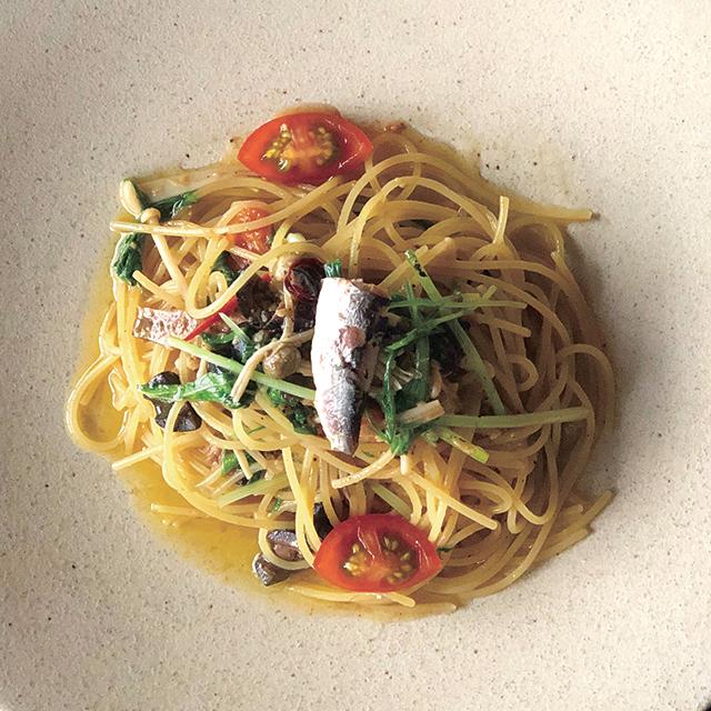 いわしのオイル漬けと旬の野菜を使ったオイルソースパスタ